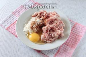 Фарш смешать яйцом, добавить рис, посолить, поперчить, добавить приправы. Сформировать фрикадельки.