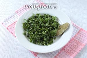 Нарезать промытую зелень петрушки. Сразу после звукового сигнала об окончании приготовления супа добавить петрушку и лавровый лист в суп, посолить по вкусу.