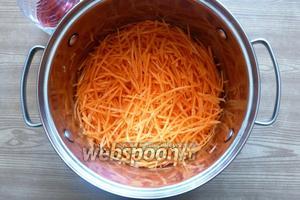 В морковь добавим 2 ложки любого 6 % уксуса. У меня виноградный. Морковь промаринуется, станет эластичной. Выделившейся сок сольем, он не нужен.