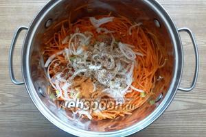 В кастрюлю к моркови кладём лук, молотый кориандр, перец острый и душистый, сахар. Перемешаем. Вам должно быть вкусно.