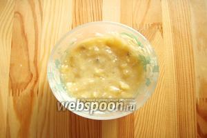 В отдельной миске нарезаем банан на кусочки и разминаем его вилкой.
