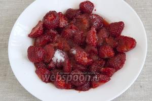 Клубнику освободить от плодоножек, промыть. Слегка раздавить ягоды вилкой, чтобы кусочки были неравномерные — от сока и мелких ломтиков до цельных половинок. Посыпать 1 ст.л. сахара. Отставить в сторону.