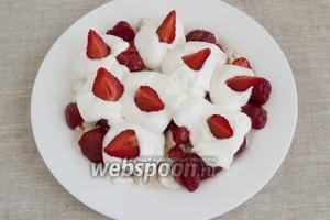 Десерт готов! Можно украсить его сверху ломтиками клубники, листочками мяты или мелиссы. Подавать нужно десерт сразу же после приготовления.