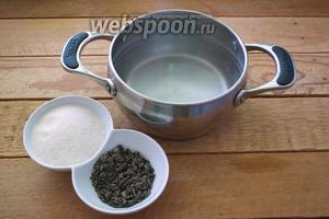 В оставшейся воде заварите 2 ст. л. чая. Вода должна быть немного остывшей, ибо в крутом кипятке чай утрачивает свои полезные качества. Завариваться чай будет 5 минут.
