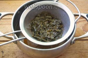 На сито процедите жидкость, удалив из неё чайные листики.