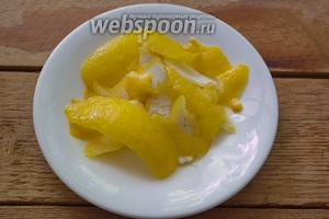 Лимоны вымыть. Срезать желтую цедру лимона, минимально захватив белую часть шкурки лимона.