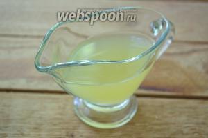 После, разрезать лимоны пополам. Выдавить сок.