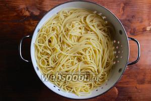 Поставьте на сильный огонь большую кастрюлю с подсоленной водой. Когда вода закипит отварите спагетти до состояния аль денте. Слейте воду, сохранив 2/3 стакана воды от варки макарон. Откиньте спагетти на дуршлаг.