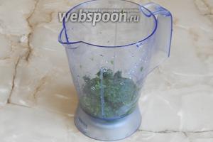 В блендер наливаем тёплую кипячёную воду, кладём сахар, отжатую крапиву и свежий укроп (не забудьте помыть и обсушить).
