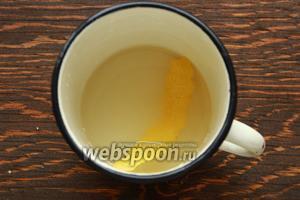 Пропитка: воду смешать с сахаром, добавить полоску лимонной цедры. Довести до кипения, кипятить пару минут. Дать остыть, влить шампанское и лимонный сок.