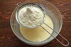 Всыпать просеянную с солью и разрыхлителем муку.