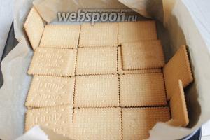 Форму застилаем бумагой (у меня 24х24 см). Выкладываем на дно и по бокам печенье.