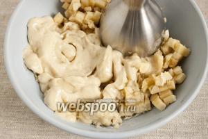 Спустя указанное время, подмороженный банан вынуть из морозилки и измельчить в пюре при помощи погружного блендера.