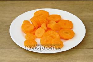Морковь чистим и нарезаем кружочками или любым другим удобным для вас способом.