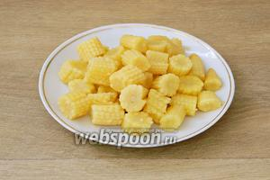 Кукурузные початки разрезаем на 3-4 части, в зависимости от их размера.