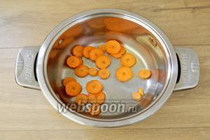 В кастрюле разогреваем подсолнечное масло, слегка обжариваем в нём морковь.