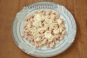 Куриное филе нарезать кубиками, выложить на блюдо и смазать подготовленным майонезом.