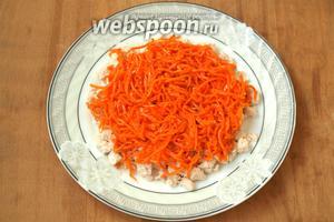 Сверху курицы выложить слой корейской моркови, который смазывать не нужно.
