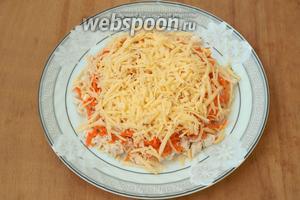 Натереть на тёрке твёрдый сыр и посыпать им морковь. На сыр нанести тонкий слой майонеза.