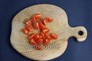 Порежьте помидоры черри на четвертинки, а большой помидор мелкими кусочками.