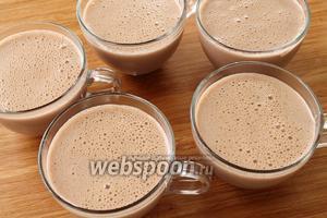 Переливаем пудинг в горячем виде в порционную посуду. Десерт хорош, как в горячем, так и в холодном (особенно холодном!), виде. Застывший десерт можно по желанию украсить кокосовой стружкой, цветной присыпкой или взбитыми сливками.