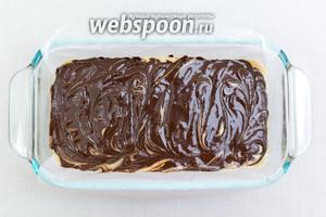 Поверх шоколада выкладываем вторую часть теста, на него — растопленный шоколад. Шпажкой можно сделать разводы, как это сделала я. Выпекаем в разогретой до 180ºC духовке 50-60 минут. Ориентируйтесь по своей духовке.