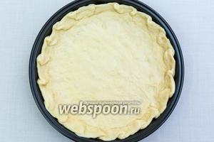 Форму для выпечки смажем маслом и выкладываем тесто. Разровняем, сделав бортики. У меня форма 21 см в диаметре.