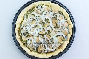 Выливаем на тесто яично-шпинатную смесь, выкладываем нарезанные грибы и лук. Приправим смесью перцев и прованскими травами. Выпекаем в разогретой до 180°C духовке 30-40 минут. Ориентируйтесь по своей духовке. Заливка должна «схватиться».