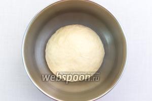 Подсыпая муку, замесим мягкое эластичное тесто.  Миску смажем маслом, выкладываем в неё тесто, накрываем плёнкой и отправляем в тёплое место на 1 час.