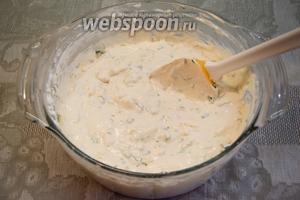 Добавить половину натертого сыра, зелень и снова перемешать.