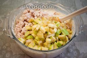 В полученную смесь добавить нарезанное куриное филе и обжаренные на сковороде овощи, попробовать на соль и специи и, при необходимости, их добавить.