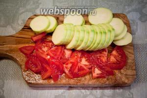 Кабачок и помидор нарезать кольцами (или как вам больше нравится).