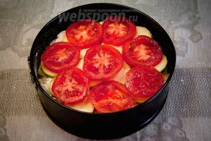 Форму для запекания (26 см) смазать маслом, присыпать манной крупой или мукой (бумагой застилать нельзя) и вылить туда смесь для пирога. Сверху выложить нарезанные кружочками кабачки и помидоры. Поставить запекать в духовку на 30 минут при 180 °C.