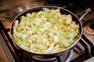 Кабачки очистить, нарезать кубиками и добавить в сковороду с луком и чесноком. Тушить 10 минут Очень вкусно и красиво добавить практически любые разноцветные овощи: морковь, кукурузу, зелёный горошек, помидоры без семян, сладкий перец. В оригинальном рецепте ингредиенты обжариваются именно так, как на фото, я в последнее время тушу все овощи вместе в мультиварке-скороварке — так удобнее, быстрее и не будет выделяться масло в готовом пироге.