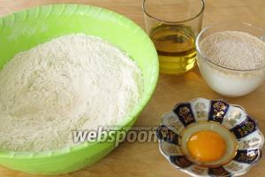 Сначала замесим тесто. Активировать дрожжи в тёплой воде с добавлением сахара. Просеять в миску муку, добавить соль и перемешать. В середине муки сделать лунку, добавить туда яичный белок (желток оставим для смазки), оливковое масло и активированные дрожжи. Замесить мягкое, некрутое тесто, добавив в процессе замеса тёплое молоко.