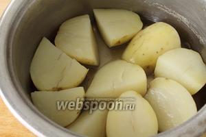 А пока займёмся начинкой. Отварить картофель в подсоленной воде.