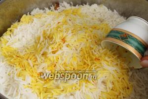 Вылить настой шафрана на рис.