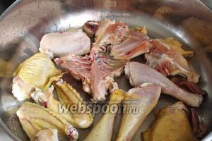 В горячее масло выложить кусочки курицы и обжарить с одной стороны на хорошем сильном (но не максимальном) огне.