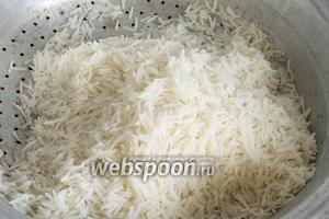 Рис слить в дуршлаг.