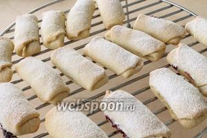 Готовые рогалики посыпать сахарной пудрой и остудить на решётке.
