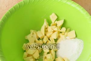 В другой миске смешать мягкое (но не подтаявшее) масло и сахарную пудру в однородную массу.