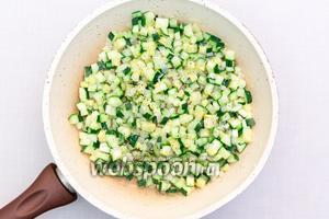 Тем временем приготовим начинку. Кабачок и лук нарежем кубиками и обжарим на подсолнечном масле в течение 5-7 минут. Солим, перчим.