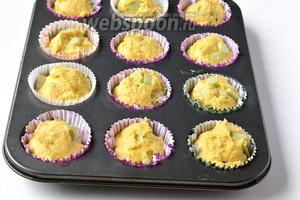 Выложить тесто в подготовленные формочки. Для этого лучше воспользоваться порционной ложкой для мороженого.