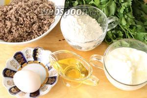 Для приготовления пирога нам понадобятся мука, вода и соль для теста, говяжий фарш для начинки, а также яйца, йогурт и любое растительное масло для подливки.