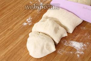 Отдохнувшее тесто делим на 6 равных частей.