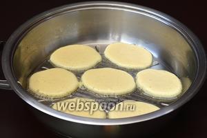 Сковороду разогреть с одной столовой ложкой подсолнечного масла. С помощью столовой ложки выложить тесто на раскалённую сковороду. Огонь — средний.