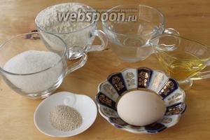 Для приготовления булочек понадобятся мука, соль, сахар, оливковое масло, вода, дрожжи и яйцо.