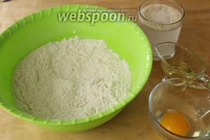 Сначала активируем дрожжи. В тёплую воду положить сахар и дрожжи, перемешать и поставить в тёплое место до появления характерной «шапочки». В миску просеять муку, добавить соль, перемешать. В центре сделать углубление и положить туда желток одного яйца (белок нам не понадобится), оливковое масло. Постепенно вливая воду с дрожжами, замесить мягкое тесто.