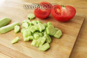 Овощи нарезать на одинакового размера кубики.