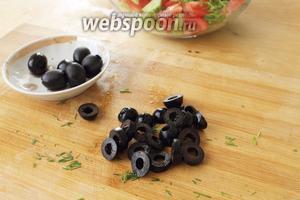 Маслины нарезать на колечки, оставить несколько штук для украшения.